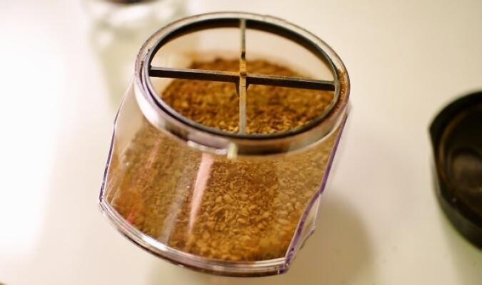 バリスタにコーヒーを補充